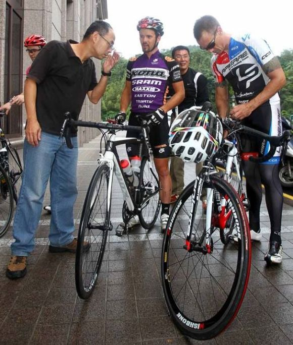 Lee and Cory prepare for the Taiwan KOM Challenge